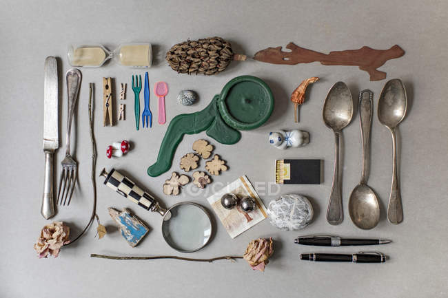 Вид зверху різних vintage речей на стіл — стокове фото