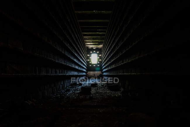 Scena urbana, vista interna tunnel buio e la luce alla fine — Foto stock