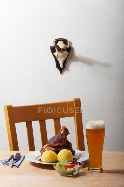 Carne com batatas e salada na mesa — Fotografia de Stock