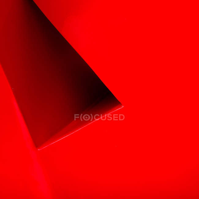 Abstract textured backdrop with red sculpture — Stock Photo