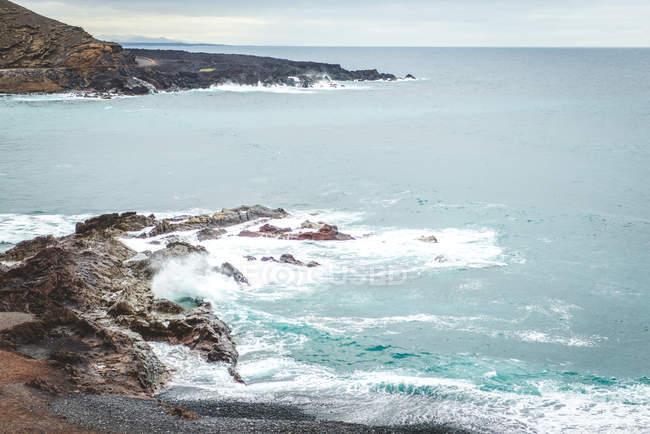 Seascape with rocky coastline — Stock Photo