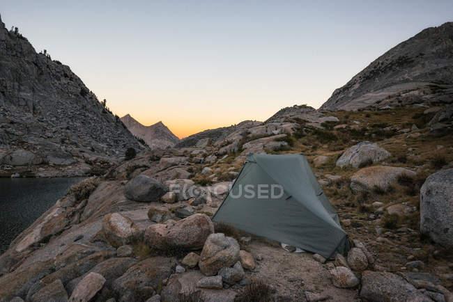 Paesaggio delle montagne rocciose con tenda viaggi — Foto stock