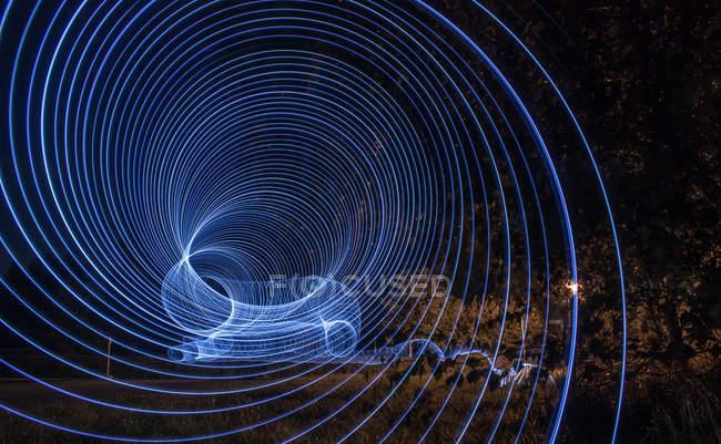 Longue exposition des lumières bleues rondes dans le parc — Photo de stock