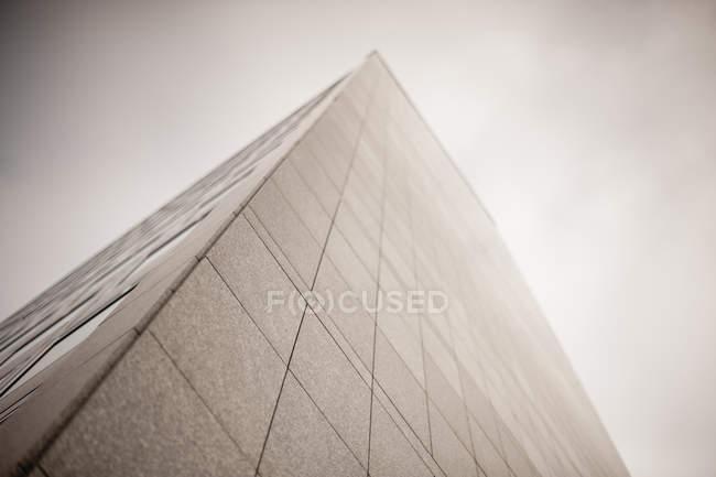 Vista dal basso dell'angolo del grattacielo e cielo nuvoloso — Foto stock