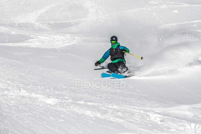 Активный человек, Катание на лыжах в горах — стоковое фото