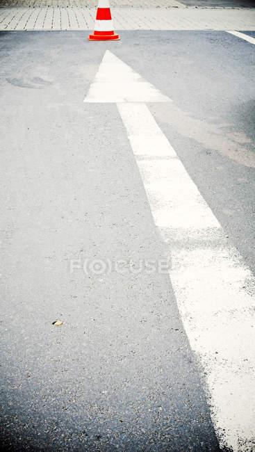 Flèche de signer sur route rue urbain — Photo de stock
