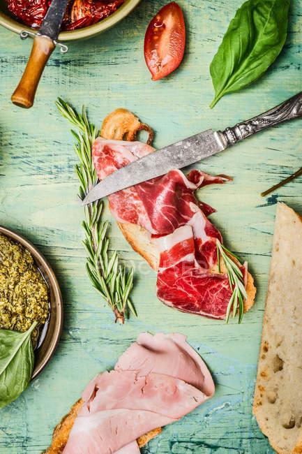 Fleisch mit Brot und Kräutern — Stockfoto