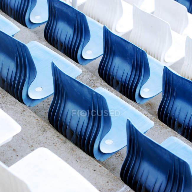 Vista elevada de asientos azules y blancos en el Estadio Arena Aufschalke, Gelsenkirchen, Alemania - foto de stock