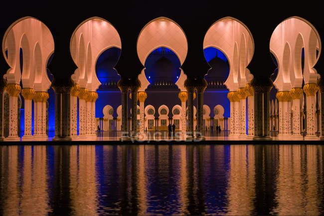 Vista panorámica de la mezquita de Abu Dhabi de interior, iluminado, Emiratos Árabes Unidos Emiratos Árabes Unidos - foto de stock