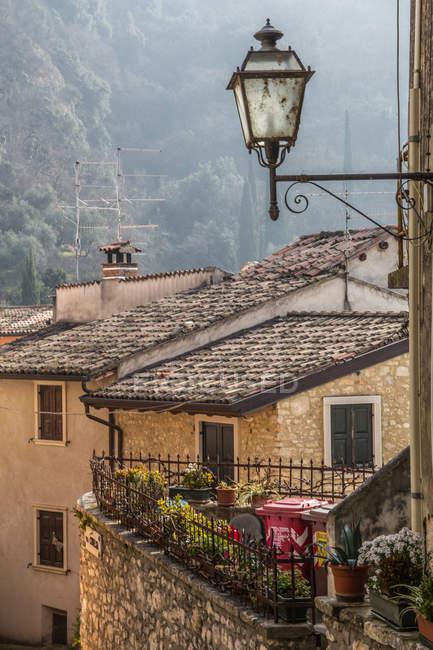 Vista panorâmica da rua com casas antigas da aldeia, Itália — Fotografia de Stock