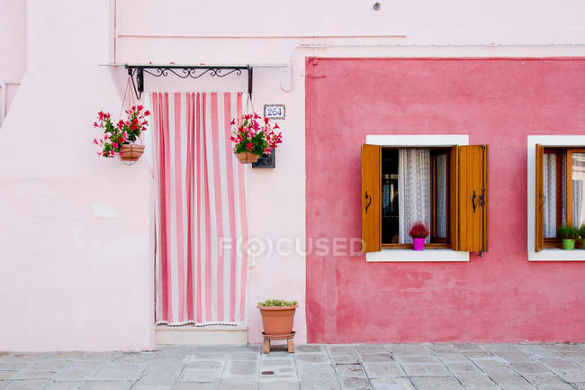 Façade colorée du bâtiment à burano, Italie — Photo de stock