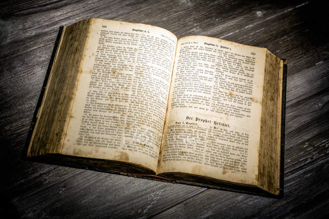 Відкриті стародавні Біблії книга — стокове фото