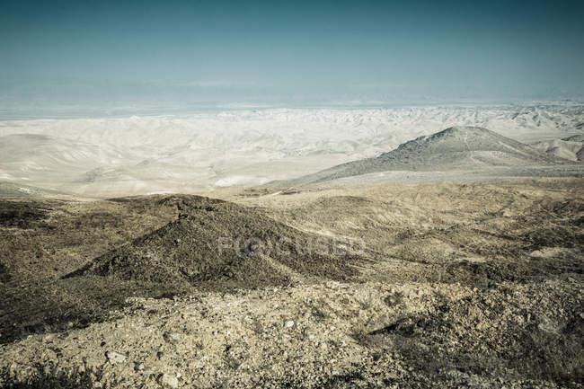 Wüste Landschaft mit Bergen und Hügeln — Stockfoto