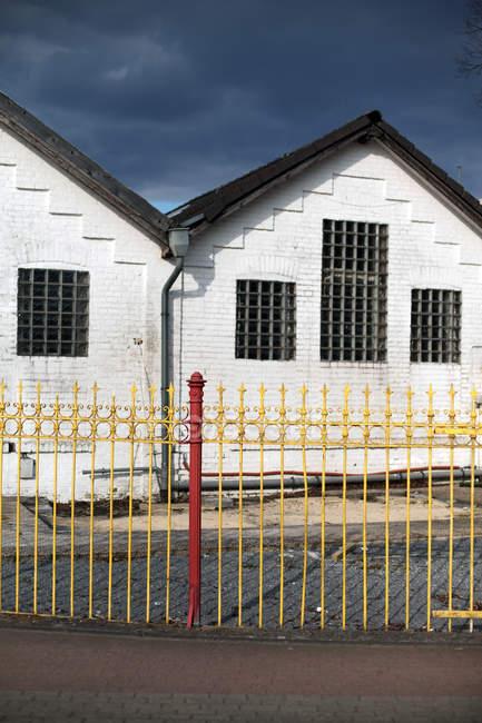 Міській вулиці з білим Цегла будинків — стокове фото