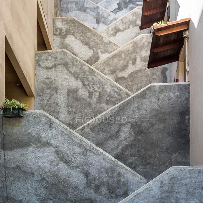 Esterno di un edificio con scale in cemento vecchia — Foto stock