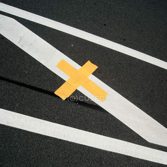 Grigio asfalto con linee bianche gialle — Foto stock