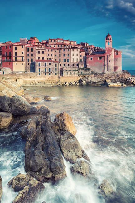 Морський пейзаж з видом на прибережному місті у Сонячний літній, Італія — стокове фото