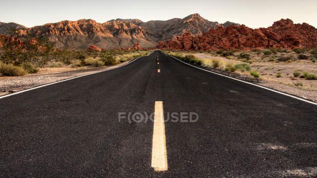 Route route et roches vue — Photo de stock