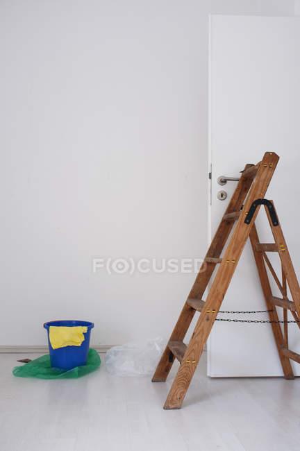 Деревянные лестницы в Новый отремонтированный номер, синего ведра и тряпкой — стоковое фото