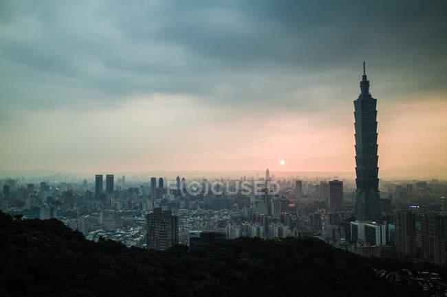 Taipei Stadtbild unter bewölktem Himmel bei Sonnenuntergang, Taiwan — Stockfoto