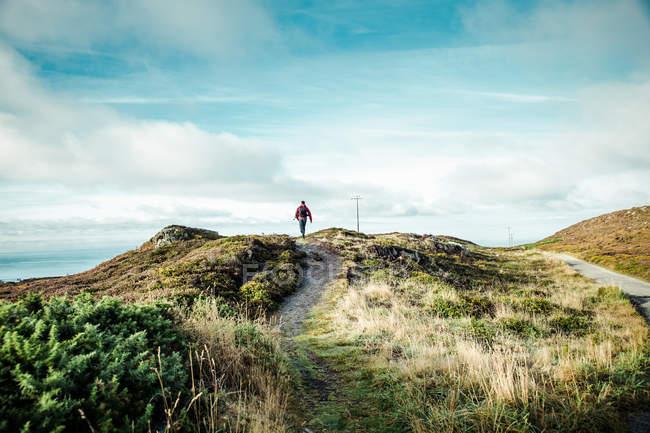 Pessoa de viajante no caminho de montanhas — Fotografia de Stock