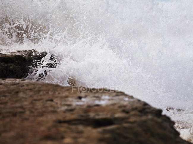 Scenic view of sea waves breaking on shore — Stock Photo