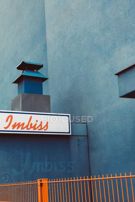 Imbiss snack Signage auf blaues Gebäude Fassade — Stockfoto