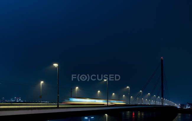 Ночная сцена с движением по мосту, движение blur — стоковое фото
