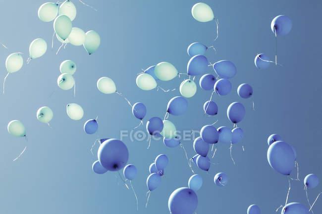 Синие шары, улетающий. — стоковое фото