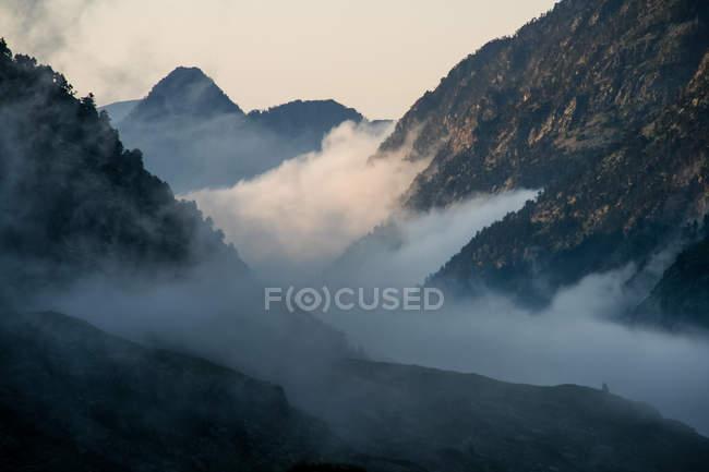 Paisaje con gama de montañas - foto de stock