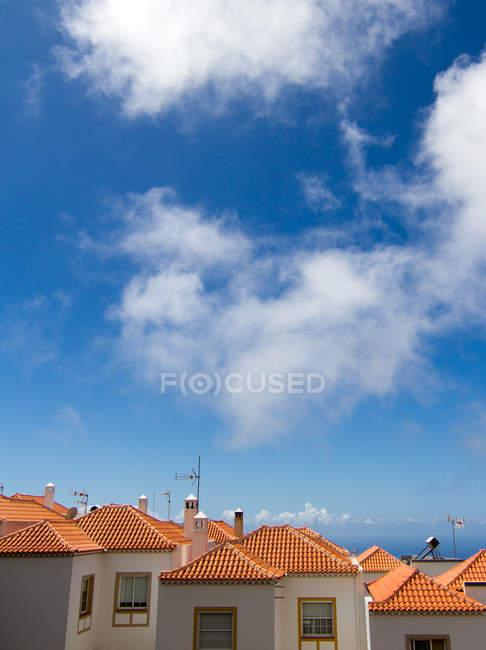 Chaminés em telhados de casas típicas na cidade velha — Fotografia de Stock