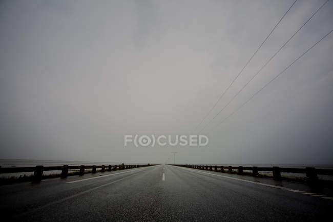 Route asphaltée et temps pluvieux — Photo de stock