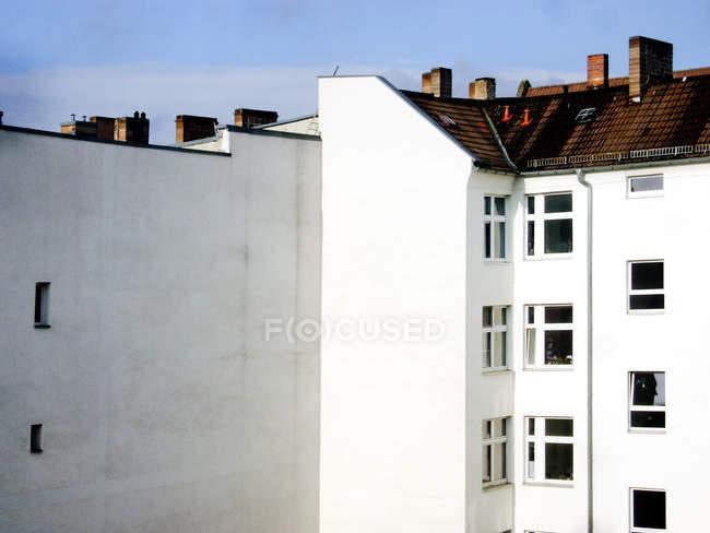Cheminées sur les toits des maisons typiques dans la vieille ville — Photo de stock