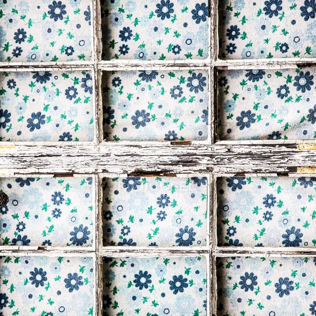 Vista de primer plano de marco vintage y cortina - foto de stock