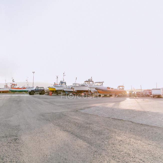 Port de plaisance avec bateaux et navires en plein soleil — Photo de stock