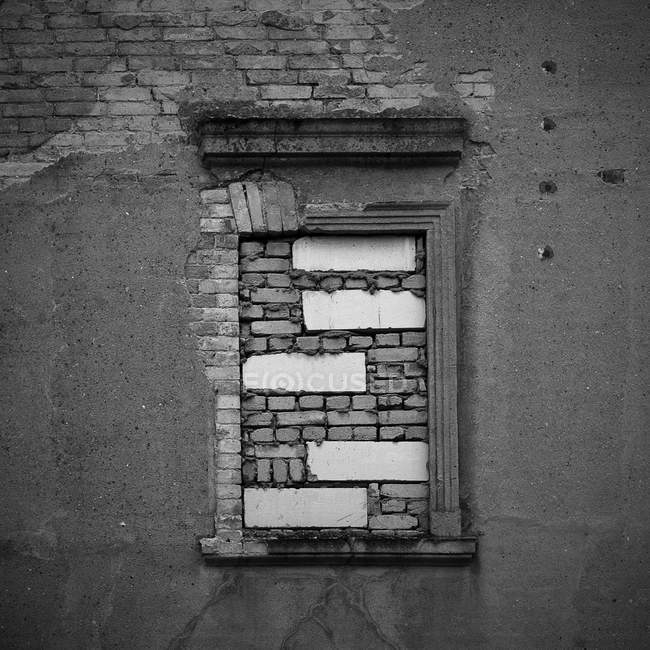 Old building brick wall with window, black and white — Stock Photo