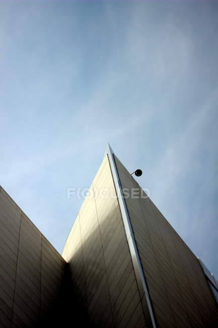 Blue sky and building facade and roof, exterior shot — Stock Photo