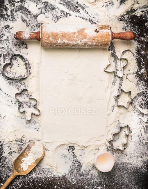 Farina con pasta coltelli e mattarello — Foto stock