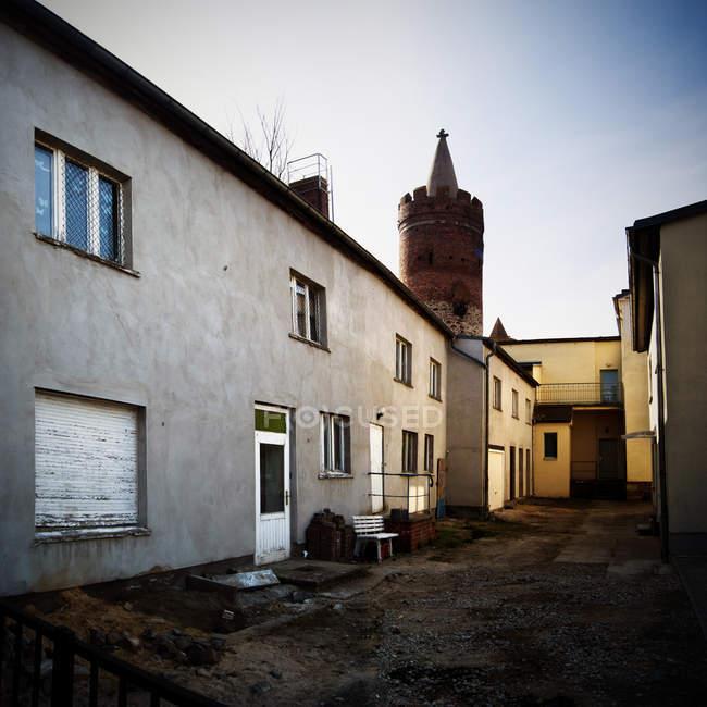 Tir extérieur de bâtiments tour de façade et brique — Photo de stock