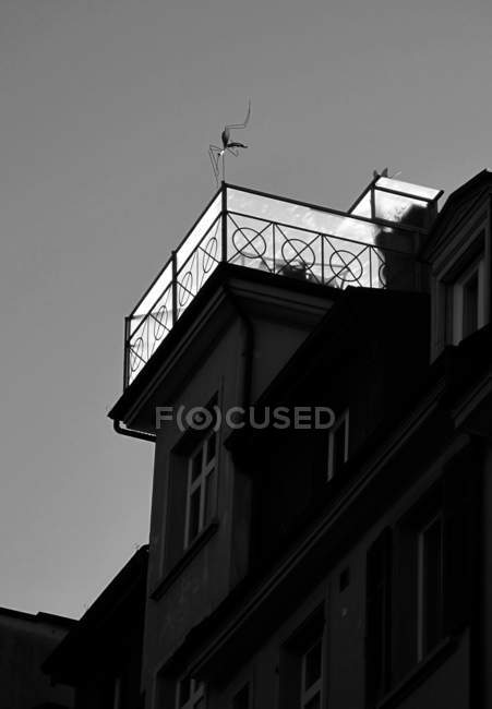 Здание с террасой на крыше — стоковое фото