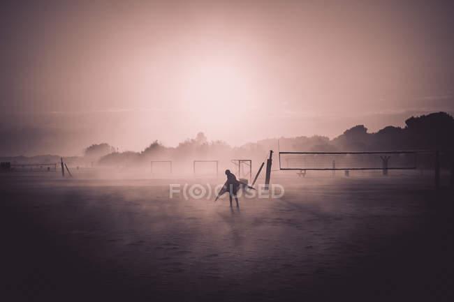Dämmerung Abenddämmerung am Strand und Silhouette der person — Stockfoto