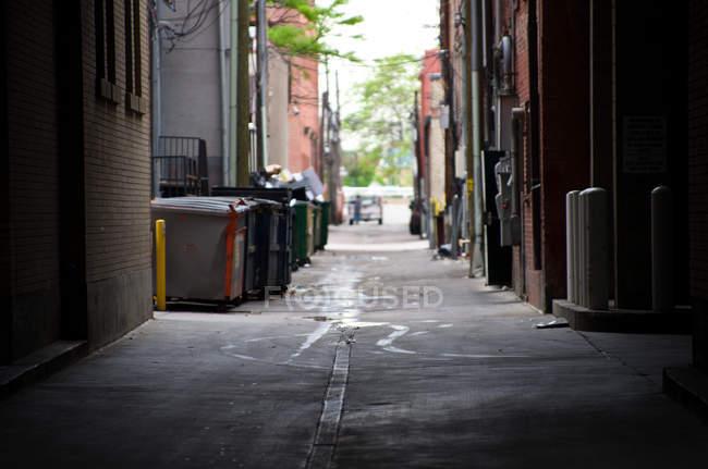 Immeubles d'habitation dans quartier résidentiel, le chemin entre les maisons — Photo de stock