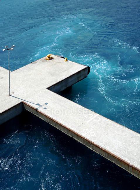 Cais e tuquoise superfície de água de oceano — Fotografia de Stock