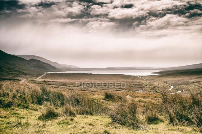 Observando a vista da paisagem montanhosa — Fotografia de Stock