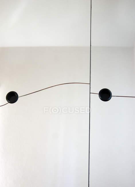 Linee astratte con puntini neri rotondi in camera a parete — Foto stock