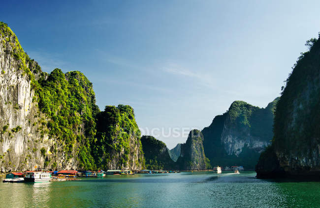 Ha Long Bay вапняку пересихаючих в затоці — стокове фото