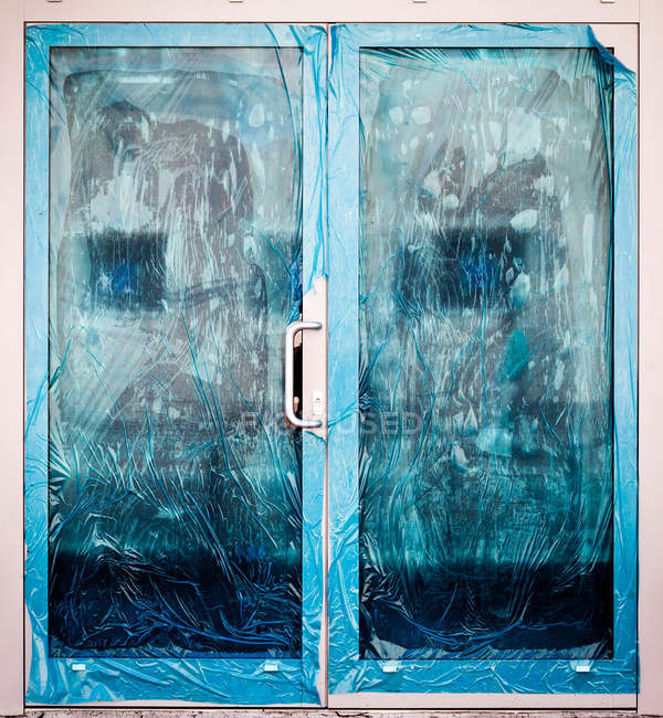 Крупным планом вид двери с защитной крышкой — стоковое фото