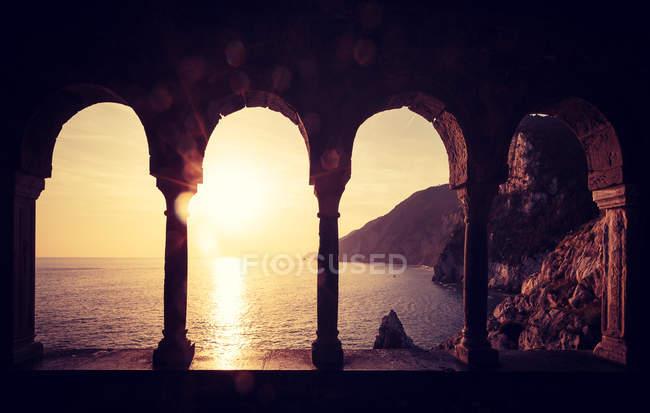 Am Meer durch alten Torbogen — Stockfoto