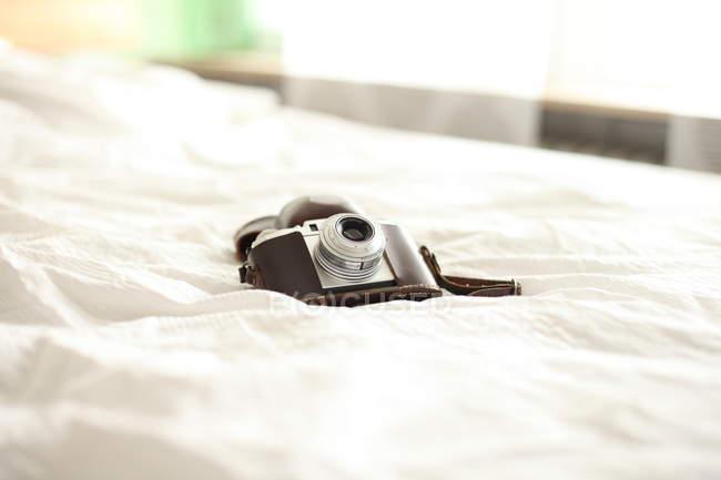 Дневной вид старинные камеры на белое покрывало — стоковое фото