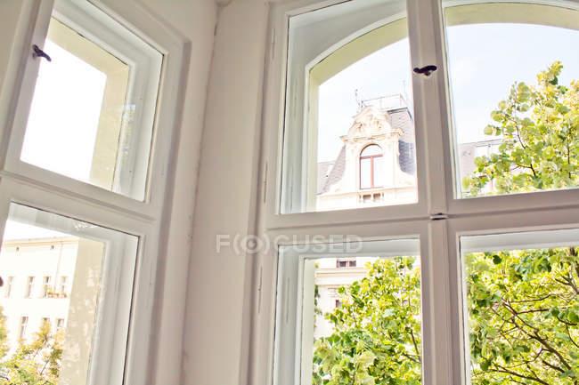 Arquitetura do edifício com janelas, árvores do lado de fora — Fotografia de Stock